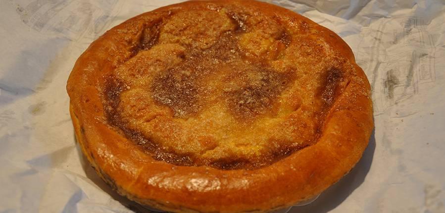 Chez la pâtisserie Serge de Basècles, une tarte au sucre presqu'aussi bonne que celle que ma grand-mère faisait
