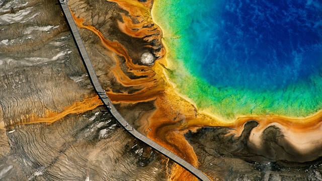 Source chaude du grand Prismatic, Parc national de Yellowstone, Wyoming, Etats-Unis © Y.Arthus-Bertrand